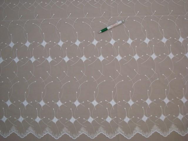 Fehér alapon fehér színnel hímzett fényáteresztő függöny, 220 cm magas (7328-17)